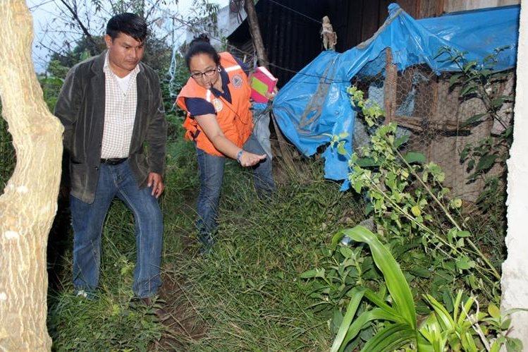Personal de la Conred y de la comuna inspeccionan el área en riesgo en Nebaj, Quiché. (Foto Prensa Libre: Óscar Figueroa)