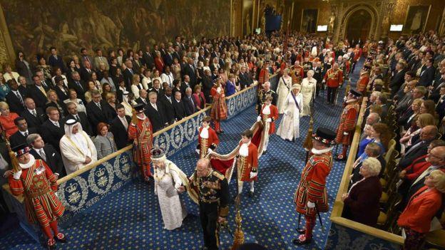 """Un parlamentario es llevado como """"rehén"""" mientras la reina participa de la Apertura de sesiones del Parlamento. GETTY IMAGES"""