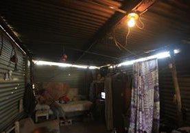 La mayoría de pobladores de Nuevo Santo Domingo los Ocotes, San Antonio La Paz, El Progreso, tiene solo un foco en su vivienda, y pocos tienen televisión. (Foto Prensa Libre: Esbin García)