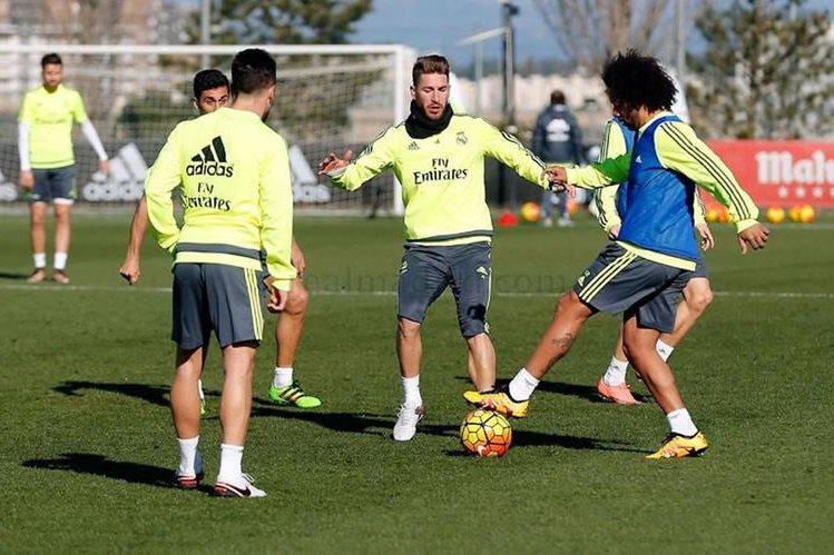 Sergio Ramos intenta quitarle la pelota al brasileño Marcelo durante el entrenamiento del Real Madrid este miércoles. (Foto Prensa Libre: Real Madrid)