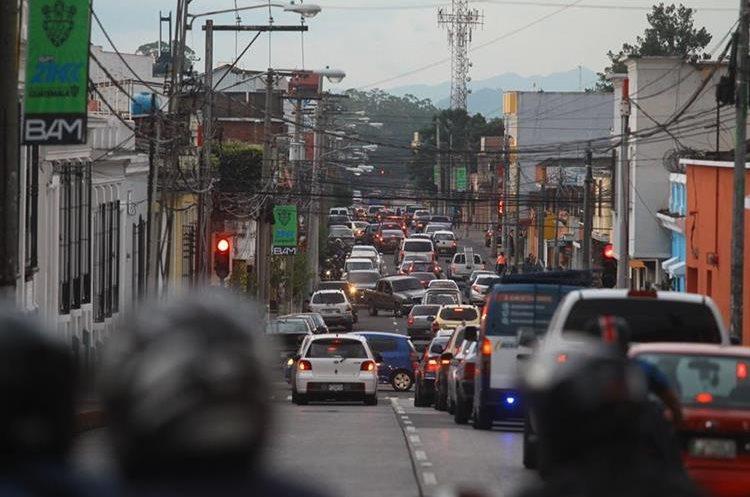 Automovilistas en el congestionamiento de la 7a. avenida para conectarse a la calle Martí. (Foto Prensa Libre: Álvaro Interiano)