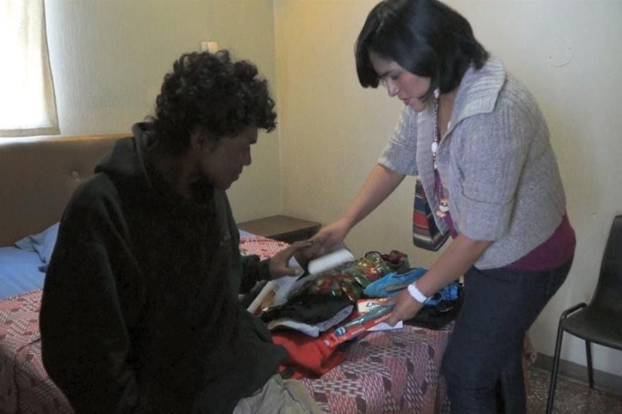 Regalos con ropa nueva recibió Wagner Archila al inicio de su día especial. (Foto Prensa Libre: Antonio Ixcot)