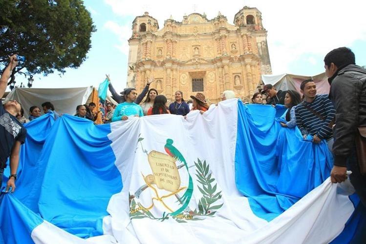 Guatemaltecos esperan la llegada del pontífice, quien dará una misa y se reunirá con grupos indígenas. (Foto Prensa Libre: Esbin García)
