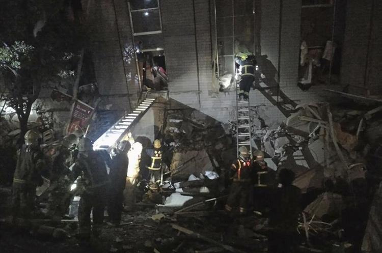 Rescatistas trabajan en una de las áreas afectadas por el terremoto. (Foto Prensa Libre: AP).