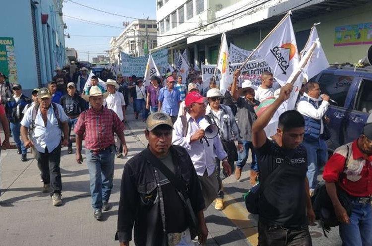 Integrantes de Codeca  marchan por las calles de la capital, en rechazo a las decisiones tomadas por el presidente Jimmy Morales, que exige la salida del país del comisionado de la Cicig, Iván Velásquez. (Foto Prensa Libre: Érick Ávila)