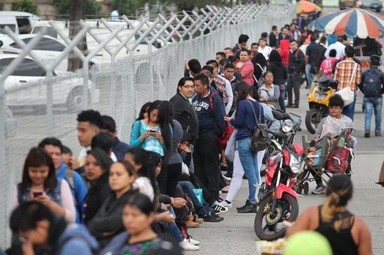 Largas filas de personas en búsqueda de una oportunidad laboral en la Feria del Empleo. (Foto Prensa Libre: Érick Ávila)