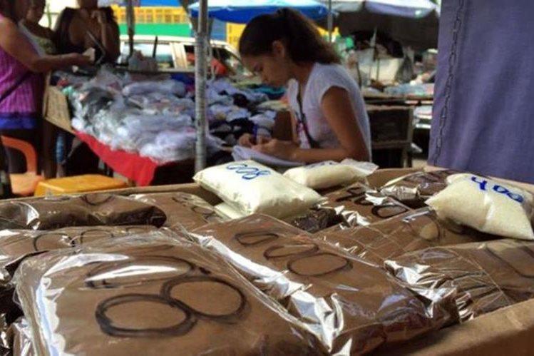 En la calle de Caracas están vendiendo el café en versión ultra pequeña, en una reventa de la reventa. DANIEL PARDO / BBC MUNDO