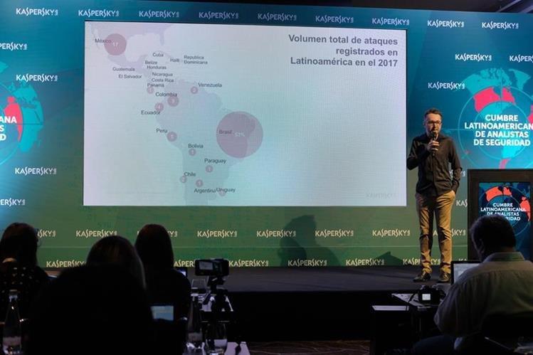 Fabio Assolini, analista de Kaspersky Lab, durante la presentación de riesgos cibernéticos en la región, durante la séptima Cumbre Latinoamericana de Analistas de Seguridad. (Foto Prensa Libre: J. Ochoa).