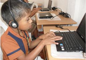 Niño de la aldea Tzununá, Sololá, utiliza computadora como parte de su proceso de aprendizaje, en la primera fase de alfabetización efectuado por la Fundación Castillo Córdova