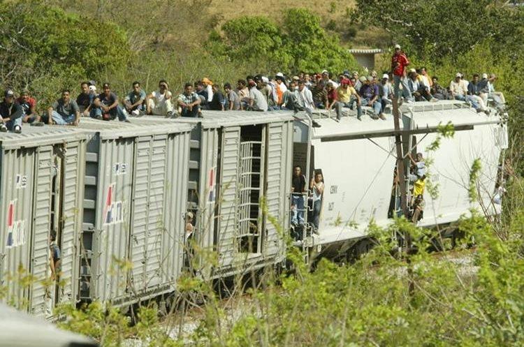 Migrantes viajan sobre los vagones del tren en Arriaga, Chiapas, México. (Foto Prensa Libre: Hemeroteca PL)