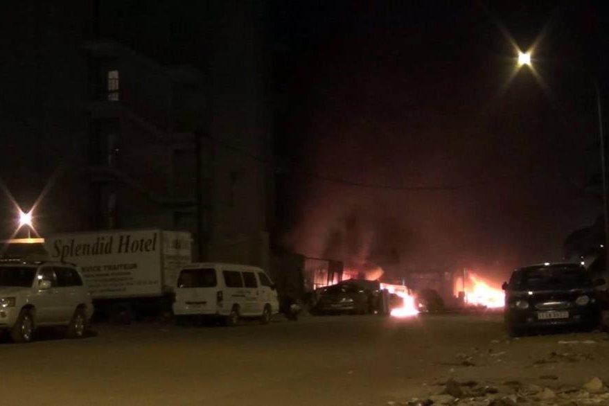 Los terroristas también causaron un incendio. (Foto Prensa Libre: AP)