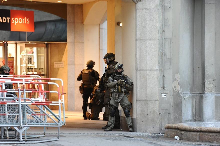 Policías vigilan el área cercana al centro comercial. (Foto Prensa Libre: EFE).