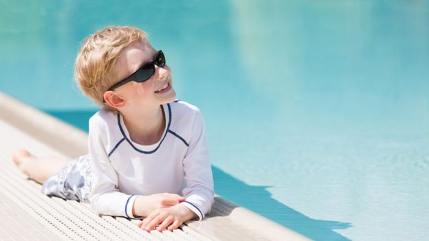 La ropa es la mejor opción para proteger a los niños del sol, dicen los expertos. (THINKSTOCK).