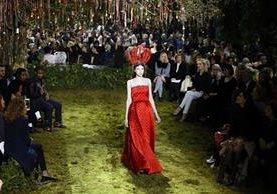 Una de las creaciones de Dior desfilan por la Semana de la Alta Costura en París, para la termporada primavera-verano. (Foto Prensa Libre, AP).