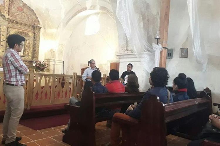 Doce poetas se desplazaron a Salcajá en donde estuvieron en El Copante y en la Ermita para realizar lectura de poesía con los vecinos. (Foto Prensa Libre: María José Longo)