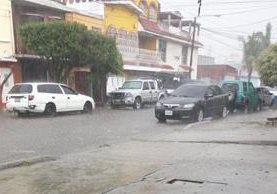 Calles de la zona 12 de la capital quedan anegadas luego de unos minutos de lluvia. (Foto Prensa Libre: Twitter @grace_amar88)