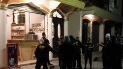 Agentes de la PNC recaban evidencias afuera de una venta de tacos en Panajachel, donde fueron ultimados dos hombres. (Foto Prensa Libre: Ángel Julajuj)