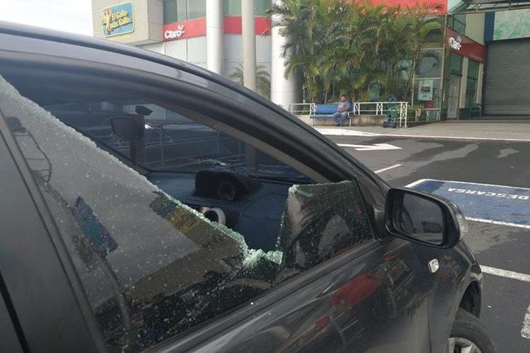 Un hombre herido condujo para pedir ayuda. Llegó al parqueo de un centro comercial, ubicado en la calzada Raúl Aguilar Batres. (Foto Prensa Libre: Hemeroteca PL)