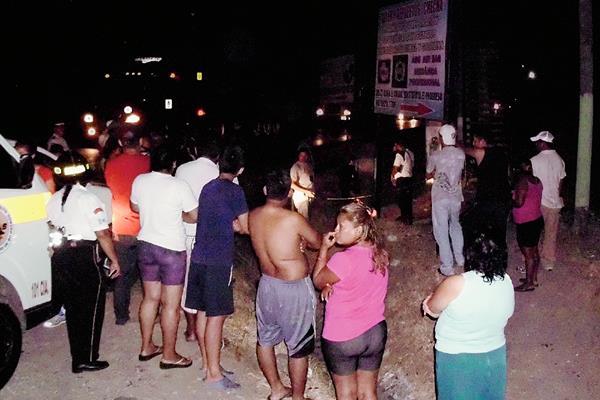Vecinos del caserío El Chilar, Guastatoya, El Progreso, salieron de sus casas después del ataque armado donde murió un joven. (Héctor Contreras)