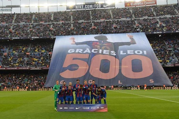 La afición del Barcelona celebró los 500 goles del delantero Leo Messi. (Foto Prensa Libre: AFP)