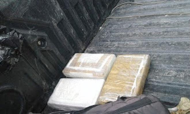 Droga incautada a motorista. (Foto Prensa Libre)