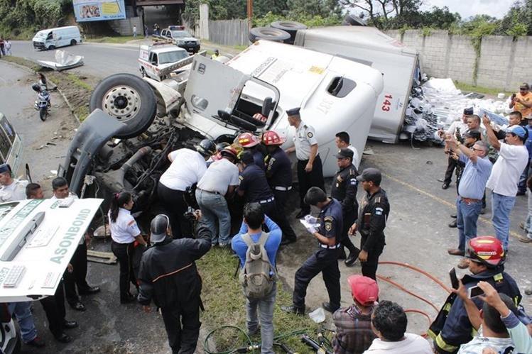 Bomberos rescatan a piloto de tráiler accidentado. (Foto Prensa Libre: Víctor Chamalé).