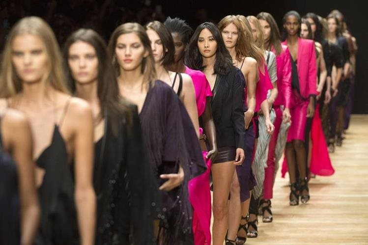 Modelos presentan una creación de la colección primavera- verano 2015 de la colección Ready to Wear de la diseñadora francesa Barbara Bui. (Foto Prensa Libre: EFE).