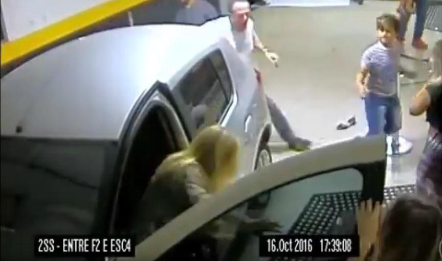 Mujer atropella a feligreses en una iglesia de Brasil