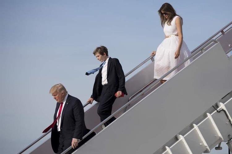 Trump, su hijo Barron y Melania descienden del avión presidencial en Washington. Foto Prensa Libre: AFP.