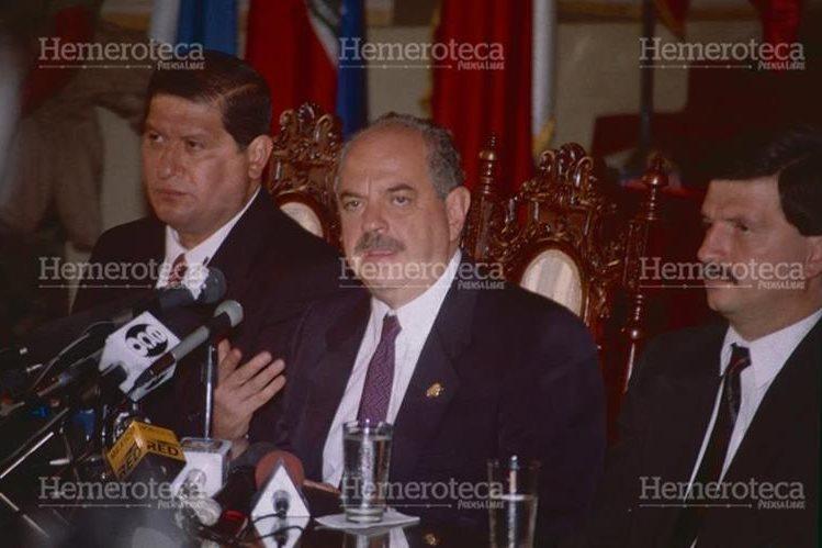 Serrano Elías, al centro, junto a su vicepresidente, Gustavo Espina (izquierda) y un ministro de su Gabinete. (Foto: Hemeroteca PL)