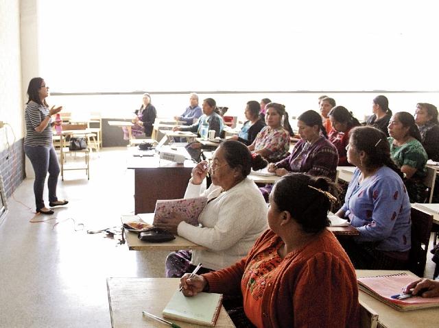 Capacitan a parteras en el Centro Universitario de Occidente,  para prevenir muertes maternas. (María J. Longo)