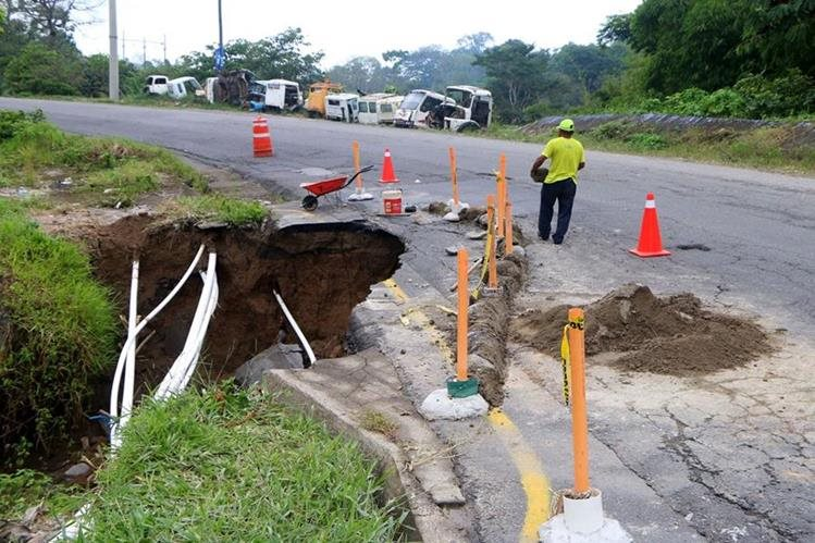 Socavamiento afecta a automovilistas que transitan en la ruta de Retalhuleu a Quetzaltenango. (Foto Prensa Libre: Rolando Miranda)