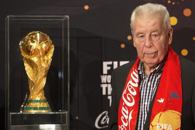 En Marzo de 2014, Josef Masopust posa junto al trofeo de la Copa del Mundo de la Fifa en Praga. (Foto Prensa Libre: Hemeroteca PL)