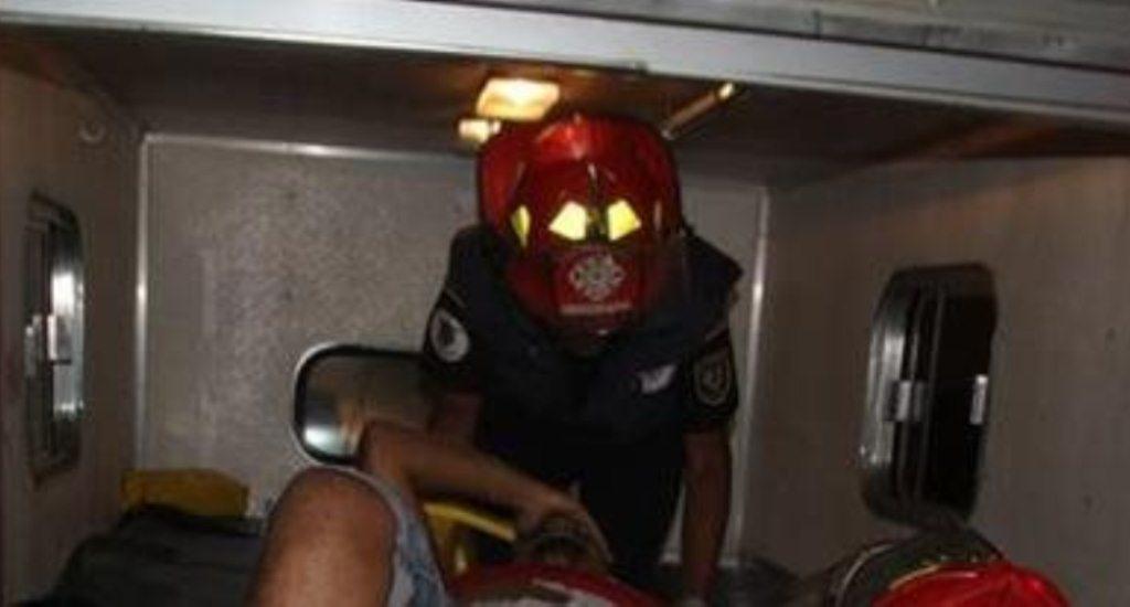 Socorristas trasladan a uno de los heridos a un hospital. (Foto Prensa Libre: Hemeroteca PL).
