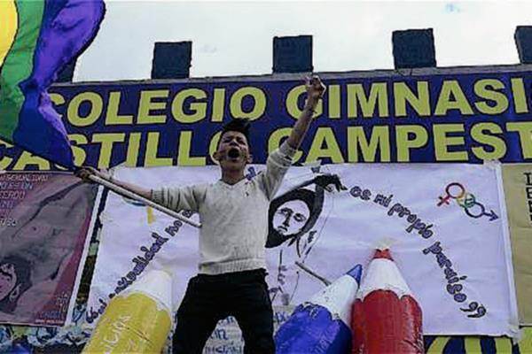 Un activista gay protesta en contra del colegio Gimnasio Castillo Campestre, donde estudiaba Urrego. (Foto Prensa Libre: El Tiempo).