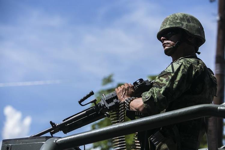 (Imagen de referencia). Un militar patrulla una zona en Culiacán, Sinaloa. (Foto Prensa Libre: AP).