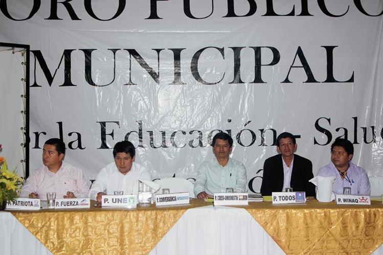Cinco de  los siete    candidatos a la Alcaldía de San Pedro Carchá, Alta Verapaz, asistieron a foro organizado el miércoles último.  (Foto Prensa Libre: Ángel Martín Tax)