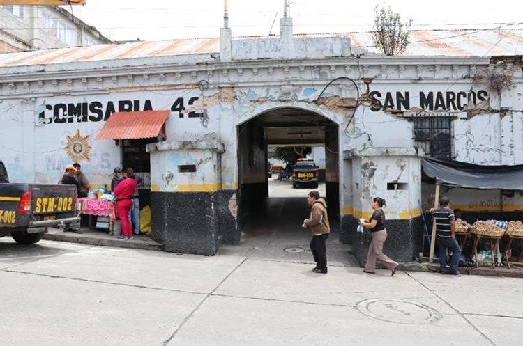 El antiguo edificio de la Comisaría de la Policía Nacional Civil permanece con los daños  causados por el terremoto del 7 de noviembre del 2012. (Foto Prensa Libre: Whitmer Barrera)