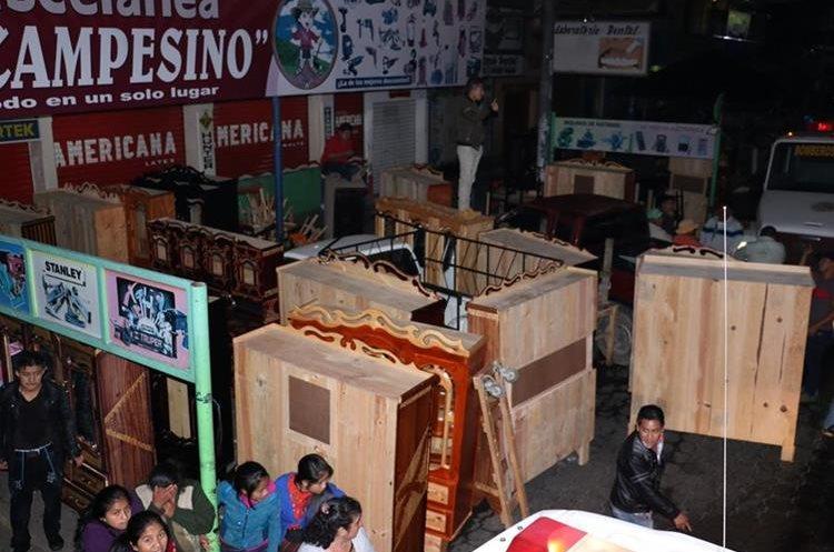 Los propietarios una venta de muebles de madera sacaron su producto para evitar que se quemara. (Foto Prensa Libre: Víctor Chamalé)