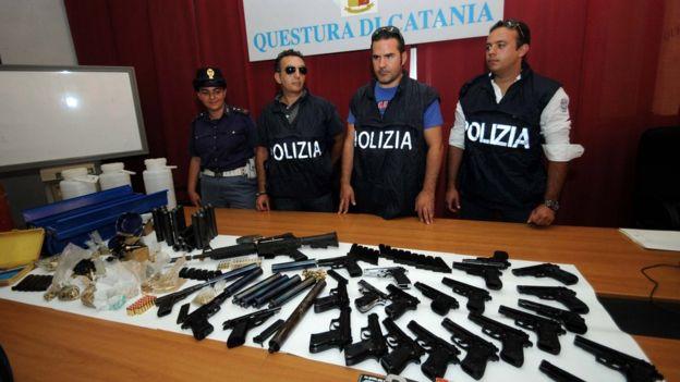 """En 2010, la policía italiana confiscó armas de quien fuera el fabricante de armamento de Cosa Nostra, Guglielmo Ponari, un ex plomero que se acredita la invención de la """"pistola bolígrafo"""" al estilo James Bond, en la década de 1960. GETTY/MARCELLO PATERNOSTRO"""