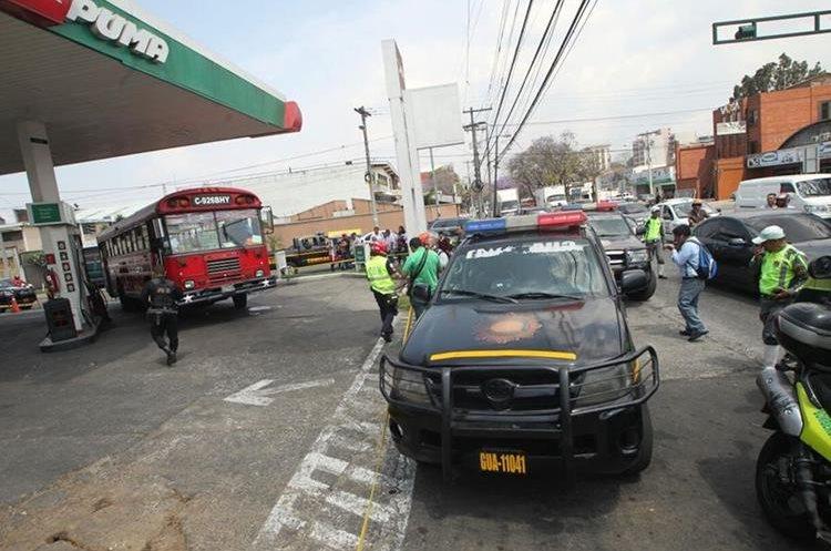 Agentes de la PNC resguardan autobús atacado a balazos en la zona 9 de la capital, cuyo piloto murió.  (Foto Prensa Libre: Érick Ávila)