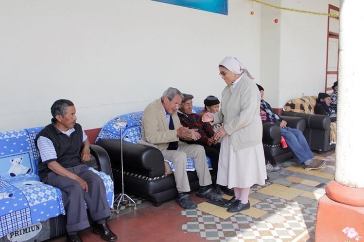 Adultos mayores del asilo La Misericordia expresan sus sueños a Sor Carmen López, encargada del lugar. (Foto Prensa Libre: María José Longo)