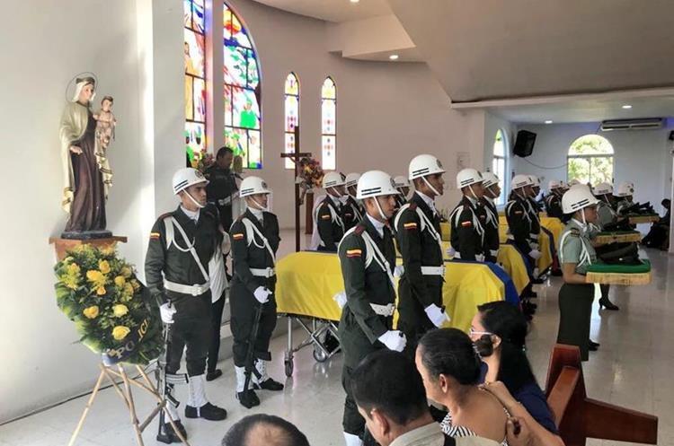 Algunos de los agentes caídos en Colombia reciben honras fúnebres. (Foto Prensa Libre: Twitter Jorge Nieto)