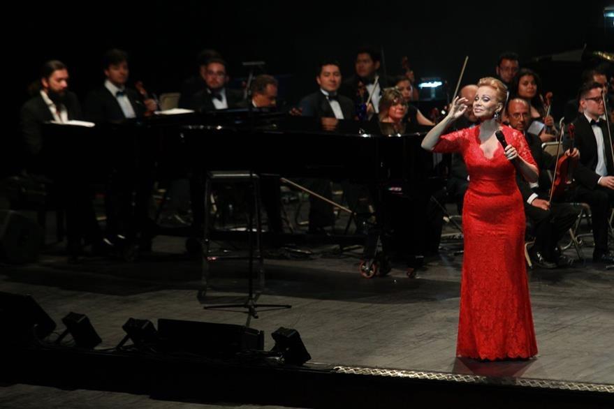 San Basilio lució un vestido rojo en la primera parte del programa. (Foto Prensa Libre: Estuardo Paredes)