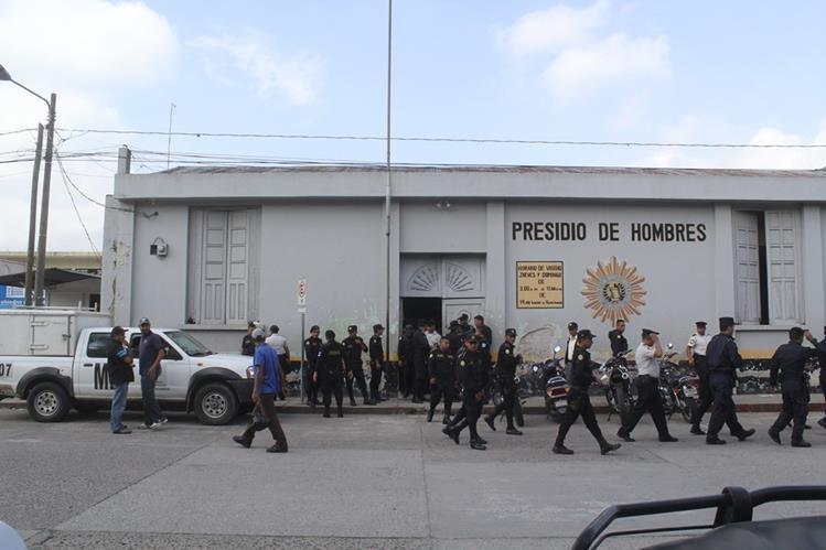 Agentes de la PNC salen de la cárcel preventiva para hombres en la cabecera de Jalapa luego de una requisa. (Foto Prensa Libre: Hugo Oliva)