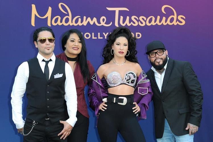 Chris Pérez, ex esposo de Selena, junto a los hermanos de la artista fallecida, Suzette y A.B. Quintanilla, posan con la estatua de cera. (Foto Prensa Libre: AP)