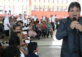 El artista Gustavo Lima en su presentación en Mazatenango. (Foto Prensa Libre: Cristian Icó).