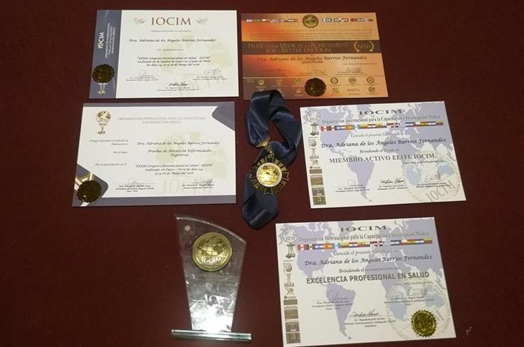Algunos de los premios obtenidos por su labor profesional y sus aportes a la investigación de la medicina. (Foto Prensa Libre: Fred Rivera)