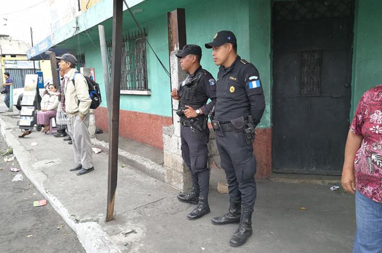 Agentes de la PNC vigilan una parada en la zona 6 de Mixco. (Foto Prensa Libre: Estuardo Paredes)