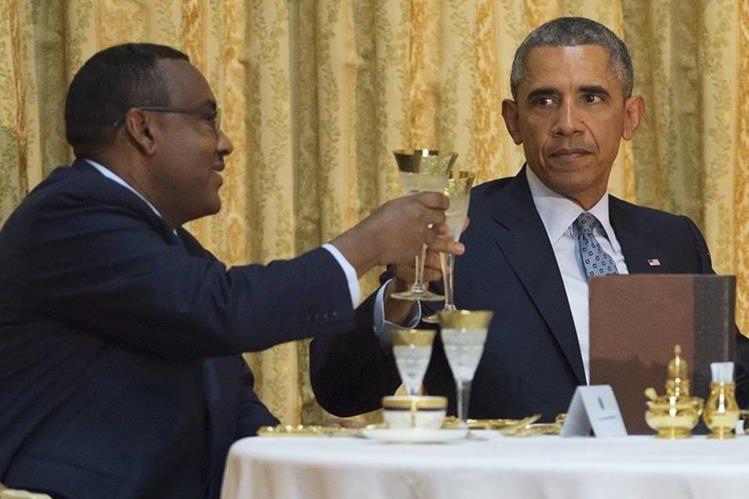 El presidente de EE. UU., Barack Obama (derecha), y el primer ministro de Etiopía, Demeke Mekonnen (izquierda), brindan durante una cena ofrecida con motivo de la visita del mandatario estadounidense. (Foto Prensa Libre: AFP).
